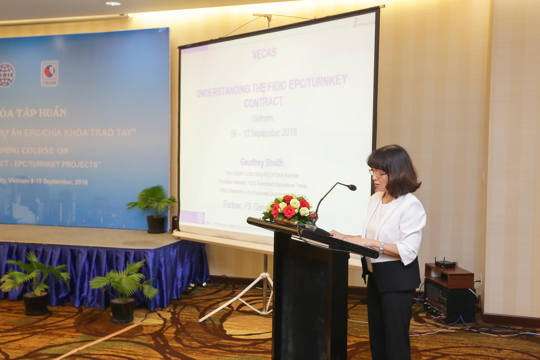 Bà Nguyễn Thị Duyên, Chủ tịch Hiệp hội Tư vấn Xây dựng Việt Nam khai mạc Khóa tập huấn