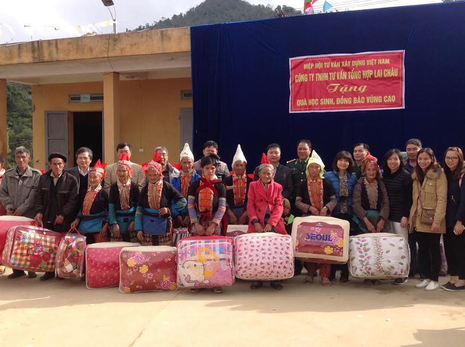 Tặng quà các hộ nghèo xã Mồ Sì San - tỉnh Lai Châu